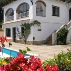 Вилла PRIMAVERA с бассейном, расположенная в урбанизации Льорет Верт в 5 км от Льорет де Мар